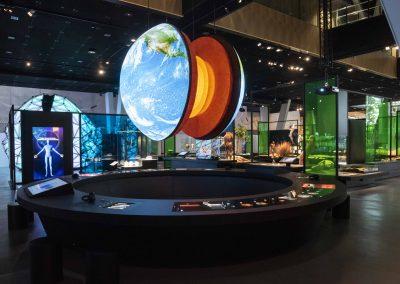 un-globo-terraqueo-desde-un-lugar-central-de-la-sala-engrana-las-tres-secciones-de-i-universo-i-y-nos-recuerda-nuestra-c