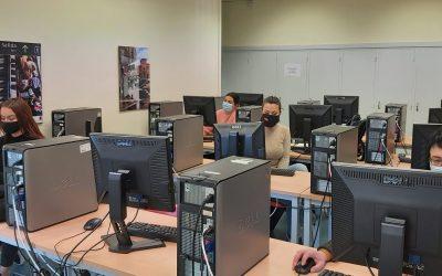 Las fundaciones «la Caixa» y Accenture proporcionan formación digital a 10.000 personas en riesgo de exclusión de toda España